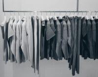קידום מכירות בחנות בגדים עם מערכות תצוגה וקטלוגים.